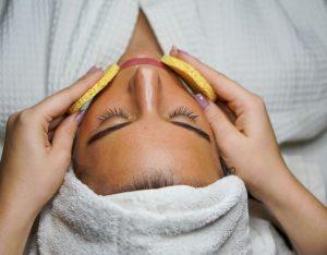 Qué es una limpieza facial profunda y cuándo realizarla