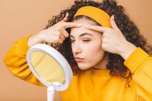 A qué se debe el acné juvenil y cómo tratar sus marcas
