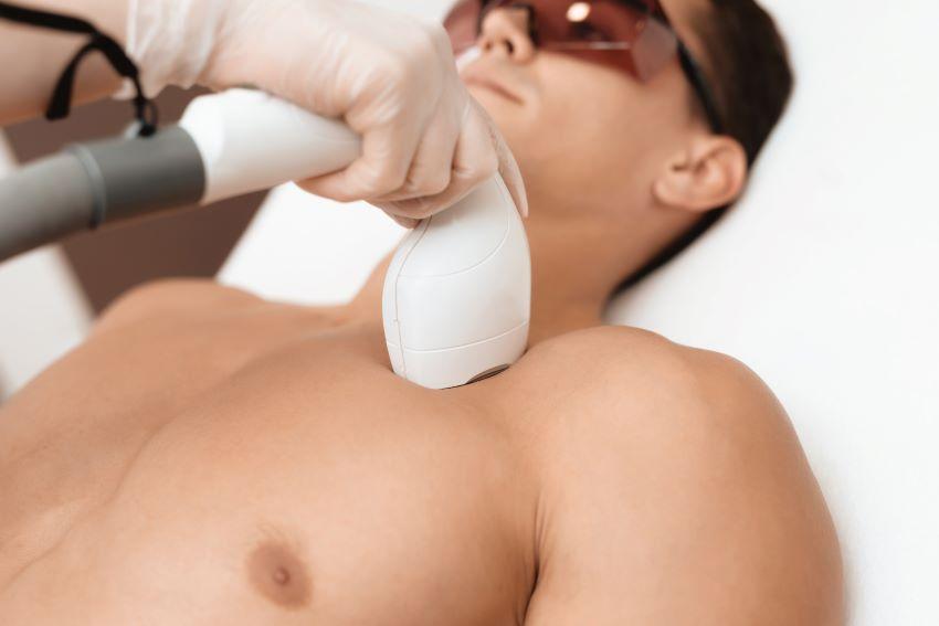 Depilación de pecho en hombres: ¿cuál es el mejor método?