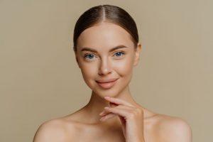 mujer sonriente con piel de aspecto sano y cuidado