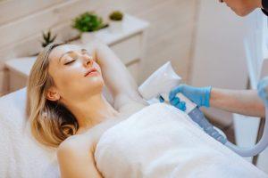 mujer que esta tumbada placidamente esperando a recibir su sesión de depilacion laser en axilas